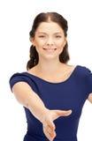Mujer con una mano abierta lista para el apretón de manos Imagen de archivo libre de regalías