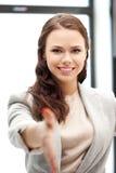 Mujer con una mano abierta lista para el apretón de manos Fotografía de archivo