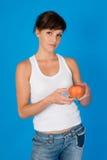 Mujer con una manzana imagen de archivo