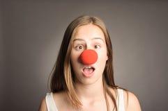 Mujer con una nariz del payaso Imagen de archivo