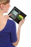 Mujer con una PC del touchpad y el programa de la música Fotografía de archivo libre de regalías