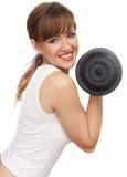 Mujer con una pesa de gimnasia grande Imagen de archivo