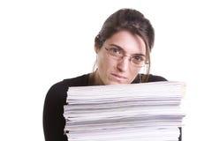 Mujer con una pila de libros Fotografía de archivo libre de regalías