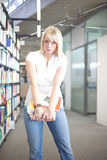 Mujer con una pila pesada de libros Fotos de archivo