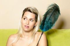 Mujer con una pluma de la avestruz Imágenes de archivo libres de regalías