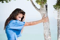 Mujer con una situación superior de la cosecha debajo del árbol imagen de archivo libre de regalías