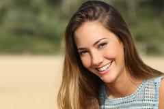 Mujer con una sonrisa blanca de los dientes Imagen de archivo