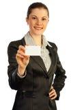 Mujer con una tarjeta de visita. Aislado en pizca Imágenes de archivo libres de regalías