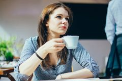 Mujer con una taza de café Fotografía de archivo libre de regalías