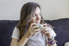 Mujer con una taza de café imágenes de archivo libres de regalías