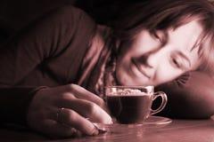 mujer con una taza de coffe Fotografía de archivo