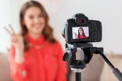 Mujer con vídeo de la grabación de la cámara en casa Imágenes de archivo libres de regalías
