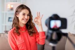 Mujer con vídeo de la grabación de la cámara en casa Fotos de archivo libres de regalías
