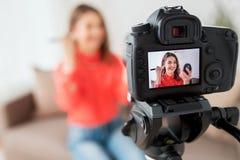 Mujer con vídeo de la grabación del bronzer y de la cámara Imagen de archivo libre de regalías