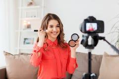 Mujer con vídeo de la grabación del bronzer y de la cámara Fotos de archivo libres de regalías