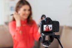 Mujer con vídeo de la grabación del bronzer y de la cámara Fotografía de archivo libre de regalías