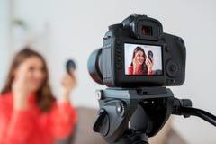 Mujer con vídeo de la grabación del lápiz de ceja en casa Foto de archivo
