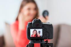 Mujer con vídeo de la grabación del lápiz de ceja en casa Imagen de archivo libre de regalías