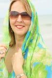 Mujer con vertical del abrigo de la bufanda Imagen de archivo libre de regalías