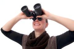 Mujer con vista de los prismáticos para arriba Fotos de archivo libres de regalías