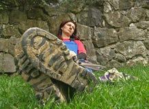 Mujer concebida con la lámina de la hierba en su boca Fotos de archivo libres de regalías