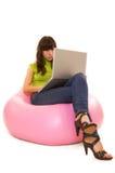 Mujer concentrada con la computadora portátil Foto de archivo libre de regalías