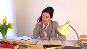 Mujer confiada en administrador de oficinas experto de las gafas con los documentos de papel almacen de video