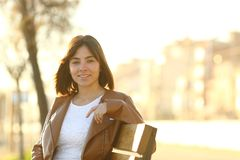 Mujer confiada feliz que mira la cámara en un parque foto de archivo libre de regalías