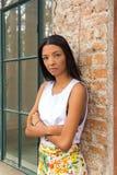 Mujer confiada hermosa con los brazos cruzados foto de archivo libre de regalías