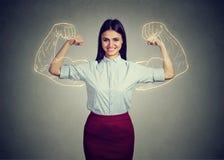 Mujer confiada potente que dobla sus músculos fotos de archivo libres de regalías