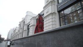 Mujer confiada que camina en la calle almacen de metraje de vídeo