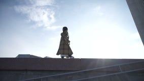 Mujer confiada que camina en la calle metrajes