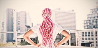 Mujer confiada que se coloca en la ciudad para la conciencia del cáncer de pecho foto de archivo