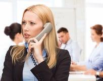 Mujer confusa con el teléfono Imagenes de archivo