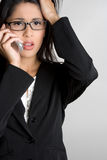 Mujer confusa del teléfono imagen de archivo libre de regalías