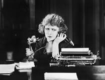 Mujer confusa en el teléfono (todas las personas representadas no son vivas más largo y ningún estado existe Garantías del provee Imagen de archivo libre de regalías