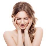 Mujer confusa preciosa en el fondo blanco Imagen de archivo libre de regalías
