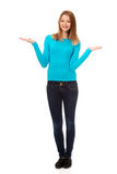 Mujer confusa que encoge con las palmas para arriba Imágenes de archivo libres de regalías