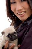 Mujer contenta con el perrito lindo Fotos de archivo