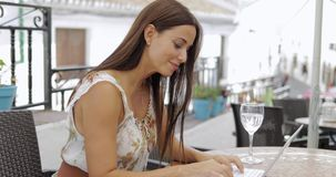 Mujer contenta el vacaciones con el ordenador portátil almacen de video