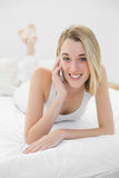 Mujer contenta hermosa que sonríe en la cámara que llama por teléfono con su smartphone Foto de archivo libre de regalías