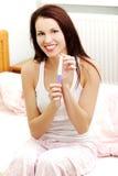 Mujer contenta que lleva a cabo una prueba de embarazo. Fotos de archivo libres de regalías