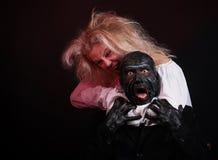 Mujer contra el monstruo foto de archivo