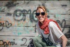 Mujer contra fondo de madera de la pared Hembra de risa atractiva fotografía de archivo libre de regalías