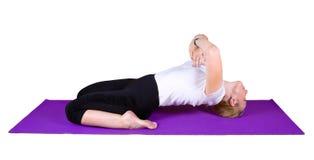 Mujer contratada a ejercicios yogic Fotografía de archivo