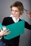 Mujer corporativa con la carpeta Fotos de archivo
