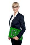 Mujer corporativa confiada que sostiene la calculadora foto de archivo libre de regalías
