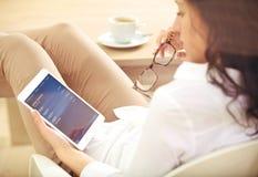 Mujer corporativa joven que controla su inversión de batería en línea Imagen de archivo libre de regalías