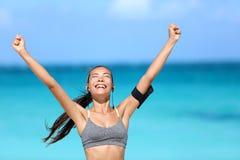 Mujer corriente feliz que gana - éxito de la aptitud Fotografía de archivo libre de regalías
