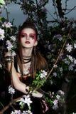 Mujer creativa con maquillaje del color - flores Foto de archivo